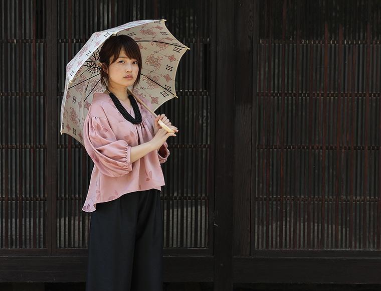 着物地ブラウス「キモノフウ」<br /> 紬風サテンワイドパンツ<br /> 着物地日傘